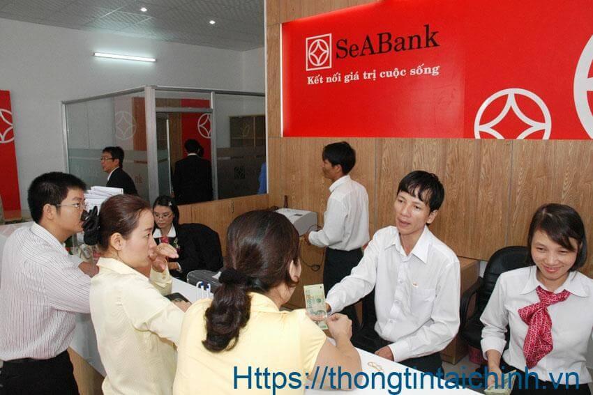 Khách hàng làm thủ tục mua chứng chỉ tiền gửi SeABank tại ngân hàng
